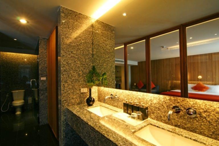 Page 10 Hotel & Restaurants : Junior Suite