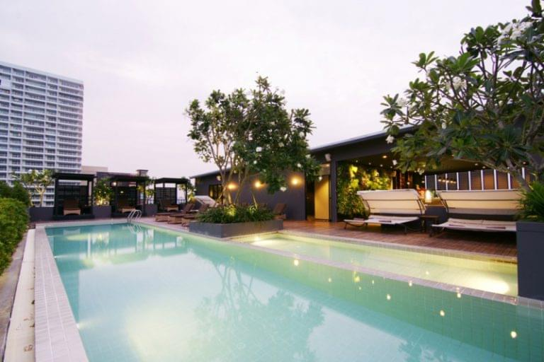 Page 10 Hotel & Restaurants : Rooftop Garden Pool