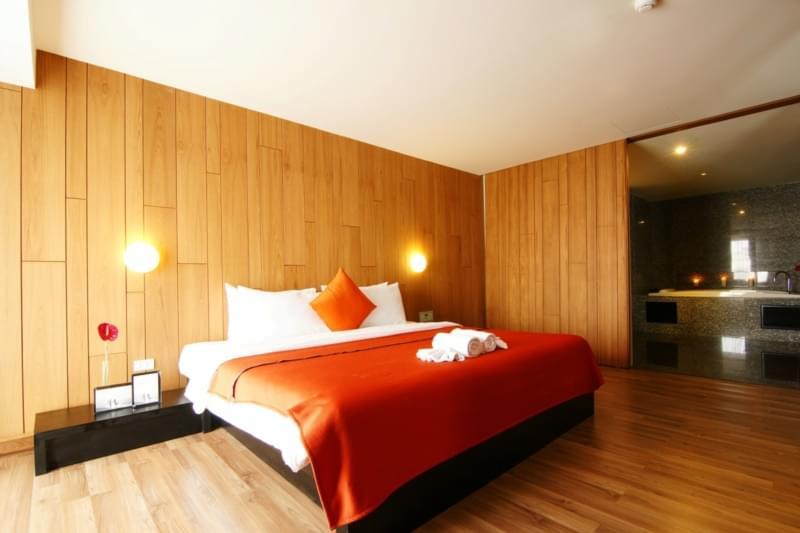 Page 10 Hotel & Restaurants :Suite 808